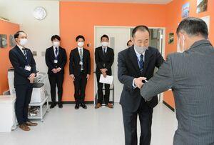 辞令を受ける「佐賀・長崎鉄道管理センター」の事務局員ら=鹿島市