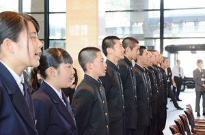 有志の指揮に合わせて校歌を歌う部員ら=佐賀県庁県民ホール