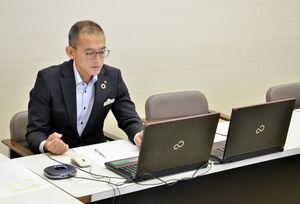 パソコンの画面越しに面接をする佐賀銀行の採用担当者。1次試験はオンラインで実施するという=佐賀市の佐賀銀行本店