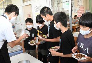 佐賀牛を使った給食の準備をする児童ら=佐賀市の若楠小