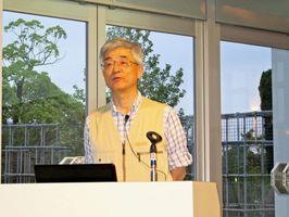 地質学の観点から有田の陶石などについて語った武内浩一さん=有田町の焱の博記念堂