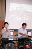 広島や長崎の被爆者の言葉を朗読する劇団はぐるま座の斎藤さやかさん(左)と為貞卓也さん=嬉野市の轟小学校