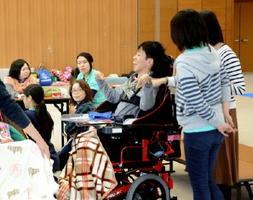 障害者とその家族が西九州大の学生らと交流したクリスマス会=吉野ヶ里町のきらら館