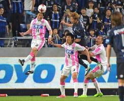 前線への相手パスを阻む鳥栖MF高橋(左)=大阪府の市立吹田サッカースタジアム