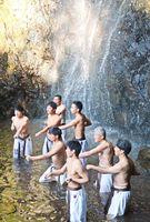 寒稽古に励む門下生たち=小城市の清水の滝