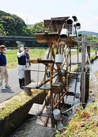 水門が開くと勢いよく回り始める町切水車=唐津市相知町町切