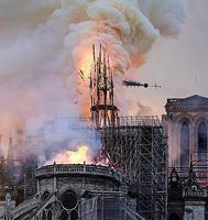大規模な火災で炎上し、崩れ落ちるノートルダム寺院の尖塔=15日、パリ(AP=共同)