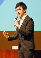 開発した将棋ソフトや人工知能について語る山本一成さん=佐賀市の県立美術館ホール