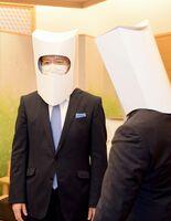 ハコデガードを着用する山口祥義知事(左)=県庁