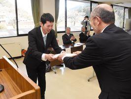 入校式で記念品を受け取る大平さん(左)=佐賀市役所富士支所