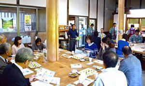 西山田農園の取り組みについて説明を受ける県農政審議会の委員たち=佐賀市大和町