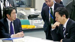 災害情報連絡室を設置し、情報収集に当たる山口知事(右)と副島副知事(左)=佐賀県庁(提供)