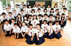 馬場オリビアさんのお別れ会を開いた大浦中学校1年生の生徒たち=太良町の同校