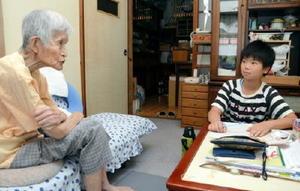 子ども一日民生委員として一人暮らしのお年寄りの話を聞く小学生=嬉野市嬉野町