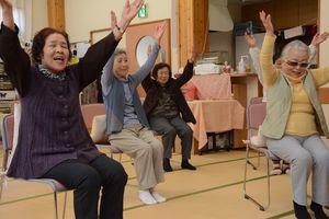 介護予防のための運動に取り組む「おたっしゃいきいきクラブ」の利用者ら=脊振町高齢者生活福祉センター