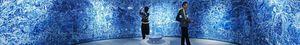 360度ぐるりと囲む1080枚の青い陶板インスタレーション「有為転変」。中央の鉢にはガラス漏斗から常に水が落ちている(パノラマカメラ使用)