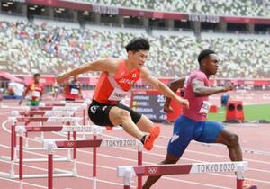 男子400メートル障害予選 力走する山内大夢(手前左)=国立競技場