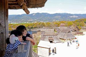 春休みで遊びに訪れた子どもたち。物見やぐらからの景色を楽しむ=吉野ケ里歴史公園
