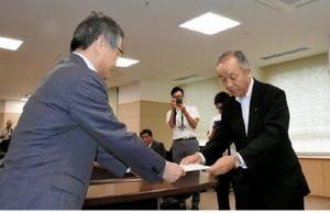 池田副知事(左)に質問状を提出する福井議長=佐賀県庁