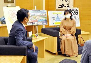 「佐賀を盛り上げたい」と山口祥義知事に語るshinoeさん(右)=佐賀市の県庁