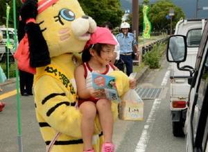 吉野ケ里保育園の園児たちが安全運転の呼び掛けに協力した=吉野ヶ里町の国道385号