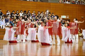 楽曲「いのちのバトン」に合わせ、リズムダンスを披露するインストラクターの皆さん=佐賀市の県総合体育館