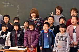波多津小を訪れた岡本記代子さん(中央)。短い滞在時間だったが子どもたちと楽しく過ごした=伊万里市の波多津小