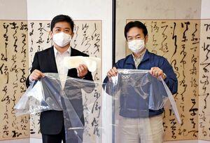 武広勇平町長にマスクなどを寄贈するブリヂストン佐賀工場の水田良樹工場長(右)=上峰町役場