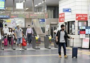 お盆の帰省が始まり、改札口にはキャリーケースを引く人の姿も目立った=佐賀市のJR佐賀駅
