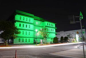 「世界禁煙デー」に合わせて緑色にライトアップされた佐賀メディカルセンタービル=31日夜、佐賀市水ケ江