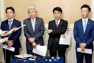 「聴取票」の閲覧後、取材に応じる立憲民主党の逢坂誠二氏(左から2人目)ら野党議員=19日午後、国会