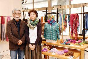 娘の里彩さんと共に布の作品を展示している中川原哲治さん、惠子さん夫妻=佐賀市の佐賀玉屋