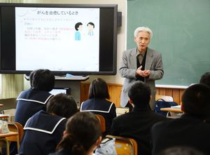 生徒たちに闘病生活の不安について話す古賀吉光さん=唐津東高校