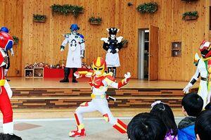 2月のショーで軽やかなアクションを見せたはハルレンジャー=佐賀市呉服元町の656広場