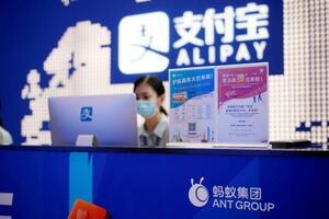 上海のアント・グループ社屋に表示されたアリペイのロゴ(上)=9月(ロイター=共同)
