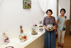 教室の受講生と一緒に作品展を開いている出口栄子さん(左)=みやき町の風の館