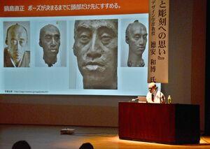 手掛けた作品を紹介する德安和博教授=佐賀市の県立美術館