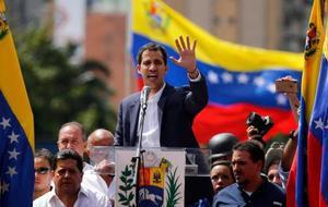 ベネズエラの暫定大統領就任の宣誓を行う国会のグアイド議長=23日、カラカス(AP=共同)