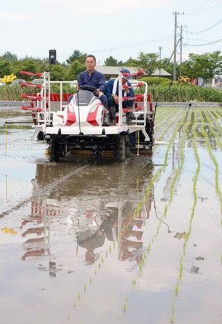 「シギの恩返し米」3年目 IT生かし循環型農業、五輪食材目指し田植え