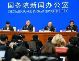記者会見する中国国家衛生健康委員会の馬暁偉主任(左から2人目)ら=26日、北京(共同)