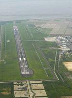 佐賀空港の滑走路。隣接する右上の民有地がオスプレイ配備に伴う整備候補地に挙がっている
