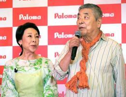 ガスこんろ「アバンセ」の発表会に登場した中尾彬(右)と池波志乃=15日、東京都内