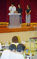 嬉野温泉商店街を舞台とした空き物件のリノベーション案を発表する学生ら=嬉野市公会堂