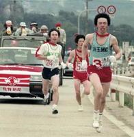 【第40回大会】デッドヒートを展開する選手たち。先行する岩下選手(玄海・中央)を抜き逆転した脇山敏選手(浜玉)。左は太田選手(YBM)=1987(昭和62)年1月25日、7区