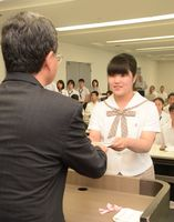 第2期生徒実行委員に就任し、委嘱状を受け取る高校生=佐賀県庁