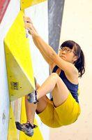 山岳少年女子ボルダリング決勝 真剣な表情で第2課題に挑む渡島夏希(成章中)=愛媛県西条市の西条西部体育館