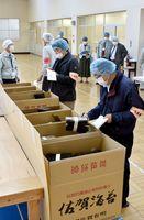 ノリの今季、最後の入札。例年になく出された数は少なかった=佐賀市西与賀の佐賀海苔共販センター