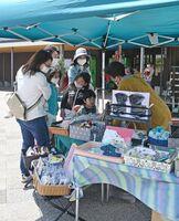 手作り雑貨などを眺め買い物を楽しむ来場者=吉野ケ里歴史公園北口エリア