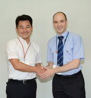 3年間の任期を終え、松尾佳昭町長(左)と握手を交わすマニュエル・ペーター・サドフスキーさん=有田町役場