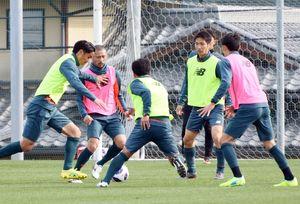 神戸戦に向けた練習で、ボールを奪い合うDF高橋祐(左)ら鳥栖の選手たち=鳥栖市北部グラウンド